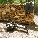 薪の山と薪割り機
